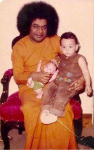 La mia missione: Io in braccio a Sai Baba in India